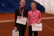 ZÁŘILY. Poděbradské hráčky Anna Štroblová a Ivona Kostinková se sešly ve finále, pak spolu vyhrály čtyřhru