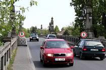 Část kamenného mostu bude příští týden uzavřena.
