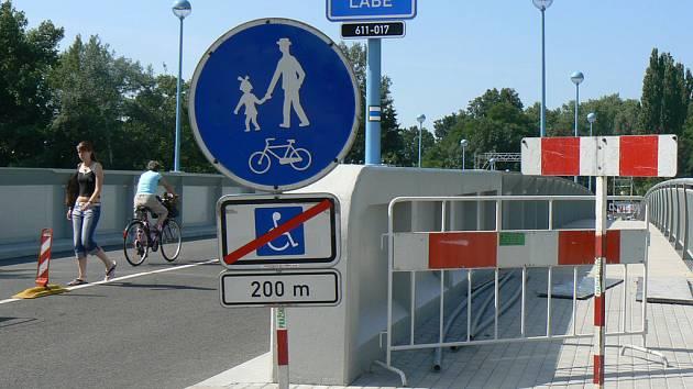 Práce na pěších zónách na poděbradském mostu se o týden opozdily.