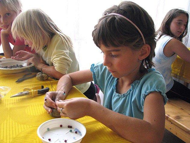Malé praktické dívky si na stejnojmenném táboře vyrobí svého pejska i strom.