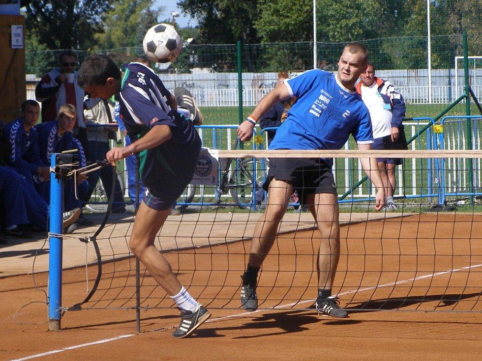Čelákovický Spilka (před sítí) pomohl svému týmu k výhře nad Českým Brodem i ve druhém zápase play off a Spartak díky tomu postoupil do baráže s extraligovými Janovicemi
