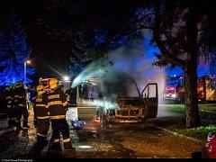 Noční požár dodávky v Brandýse nad Labem.