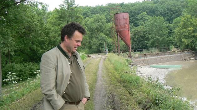 Tomáš Czernin na hrázi svého rybníka.