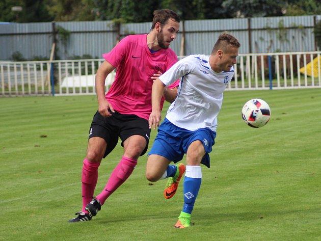 Muž zápasu. Čelákovický útočník Jan Kadeřábek (vpravo) ukázal na začátku sezony výbornou formu. Dal jeden gól, na čtyři další přihrál.