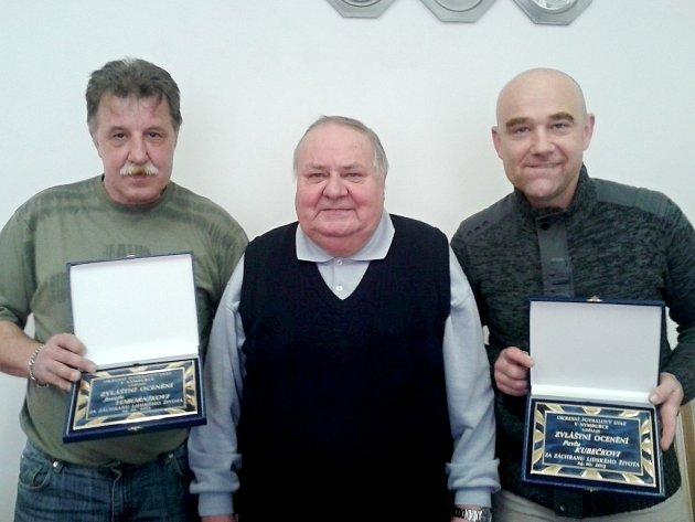 OCENĚNÍ. Josef Voborník (vlevo) a Pavel Kubečka (vpravo) dostali ocenění za záchranu života Karla Bretta (uprostřed)