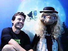 Jan Vlčko, majitel Muzea filmových legend v Poděbradech, s legendární postavou E. T. Mimozemšťana neméně slavného režiséra Stevena Spielberga.