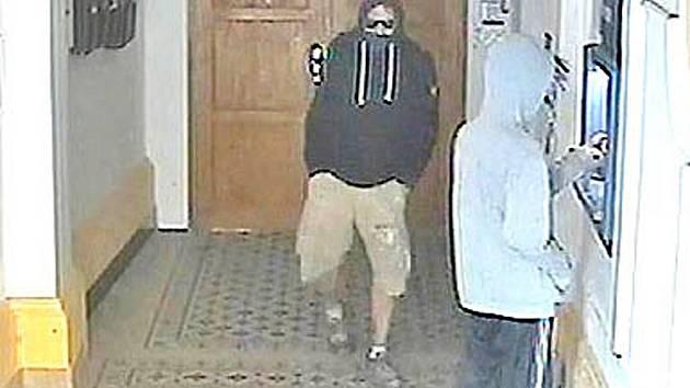 Zloději u bankomatu.