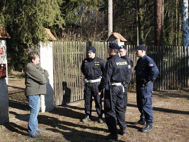 POLICISTÉ často kontrolují chatové oblasti. Zvoní na majitele a u opuštěných chalup zjišťují, zda nejsou vykradené. Na snímku obyvatelka jedné z kerských chat při kontrole.