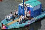 Loď postavená z PET lahví vyrazila do Hamburku