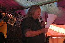 Jirous při čtení na trutnovském festivalu v roce 2010.