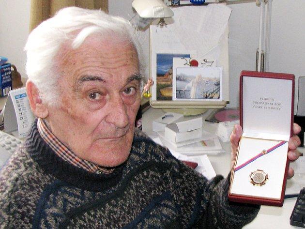 Milan Paumer s premiérskou medailí v redakci Nymburského deníku.
