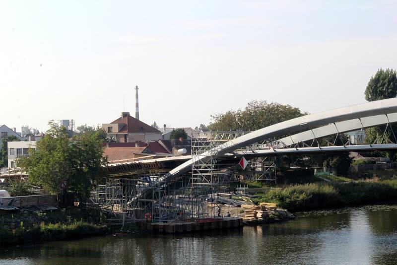 Finální práce na lávce přes řeku Labe v Nymburce neprobíhají jen na části nad vodou, ale i u břehových napojení.