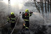 V Babíně u trati v sobotu večer hořelo.