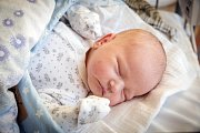 JINDŘICH ČERNÝ  se narodil 12. prosince 2018 v 1.43 hodin s délkou 50 cm a váhou 3 820g. Na chlapečka se doma v Městci Králové těšili nejen rodiče Veronika a Miloš, ale i sestřička Barborka (4,5 let).