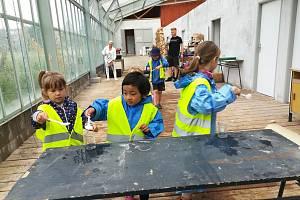 Žáci zemědělské školy završili Projekt voda a hmyz otevřením naučné stezky v areálu školy. Otestovaly ji děti z místních mateřinek.