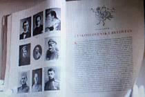 Vzácnou knihu osobností tehdejšího Československa nalezly při revizi nymburské knihovnice.