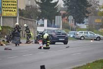 Ošklivě vypadající nehoda osobního automobilu a motorky v Nymburce u Alberta.