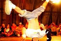 Tanečník po úrazu hlavy zemřel