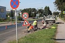 Právě probíhá oprava Pražské ulice. Po novém budete moci jezdit už 1. září.