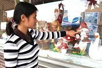 Vietnamská obchodnice ukazuje průstřely ve své výloze