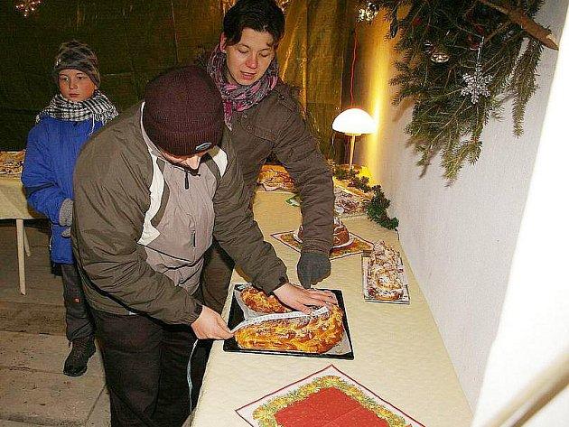 Rodina Najbrtova z Kovanska upekla zahnutou vánočku o délce 74 centimetrů.