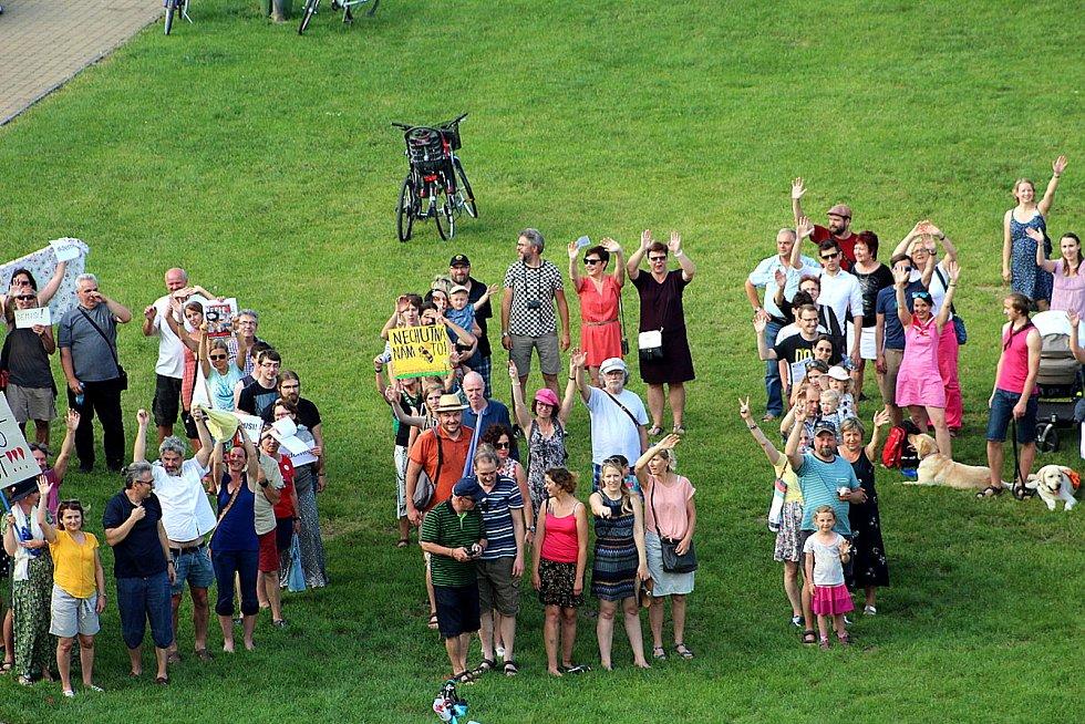 Happening se konal v parku pod nymburskými hradbami. Podpořil požadavek na demisi premiéra a ministryně spravedlnosti