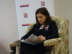 Středočeská hejtmanka Jaroslava Pokorná Jermanová na tiskové konferenci v poděbradské městské knihovně, kde měla 20. listopadu kancelář.