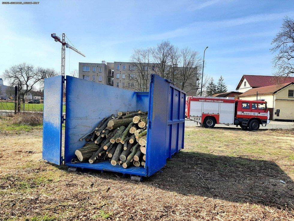 Úklid prostranství v Nádražní ulici v Nymburce drážními hasiči.