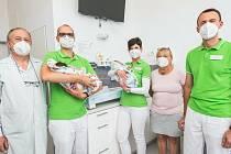 Zástupci lékáren předali šek nymburské porodnici.