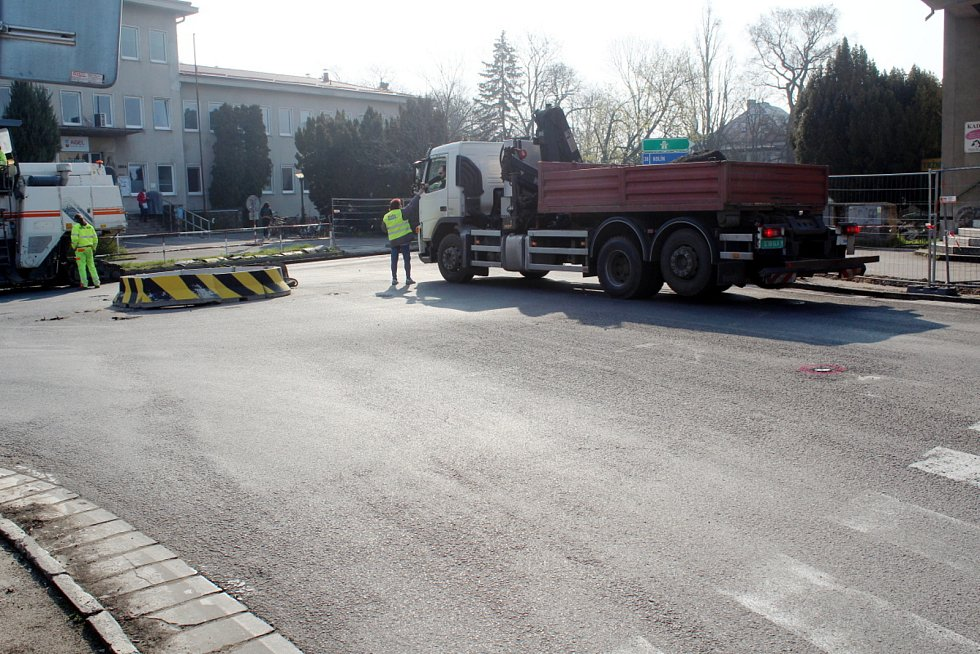 Dopravní situace ve středu 21. dubna 2021 ráno v Nymburce po uzavření kruhového objezdu u bazénu.
