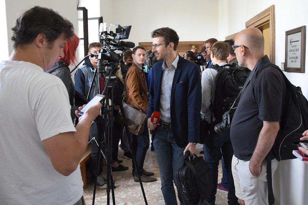 Bez přítomnosti hlavních postav, pouze za účasti advokátů a početného zástupu reportérů, vynesl ve středu Krajský soud v Praze rozsudek v kauze údajným korupčních manipulací se stavebními a zdravotnickými zakázkami Středočeského kraje.