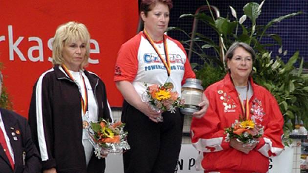 Hana Takáčová (uprostřed) se stala opět mistryní světa, navíc je světovou rekordmankou