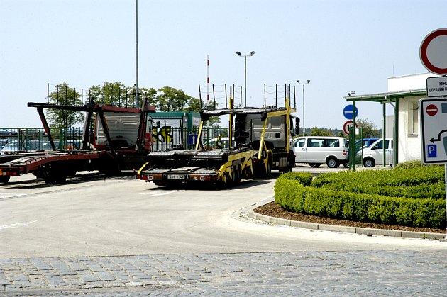 Z tohoto areálu v lyské části Litol ukradl organizovaný gang tři luxusní vozy za téměř 6 milionů korun.