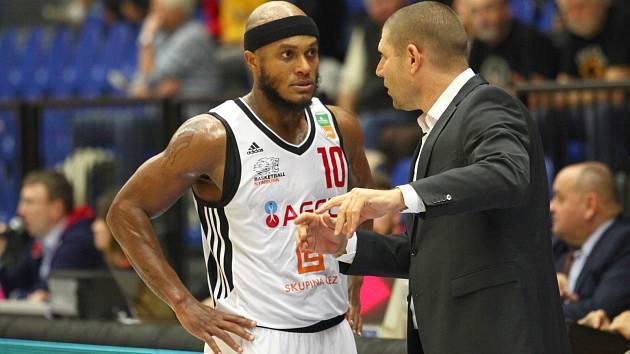 Basketbalisté Nymburka (v bílém) si poradili bez problémů s celkem Brna, porazili ho 98:63.