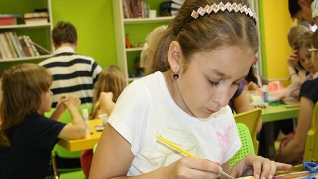 Děti vyráběly dárky na Den Matek