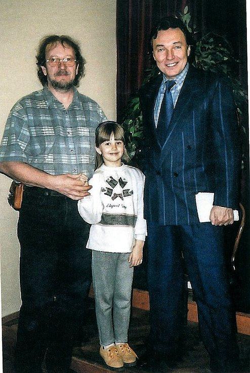 Jiří Hájek a Karel Gott po jednom z koncertů na pražském Žofíně v první polovině 90. let. na snímku také Hájkova dcera Petra.