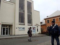 Obří okna vedle hlavního vchodu i zezadu budovy divadla budou vyměněna.