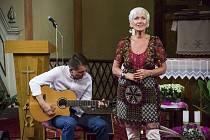 Zpěvačka Irena Budweiserová zpívala v kostele sv. Apolináře.