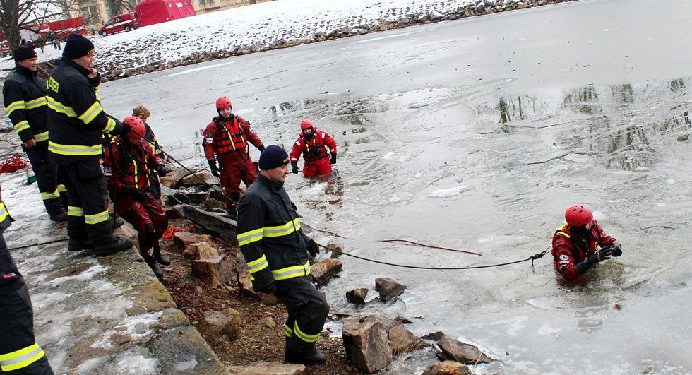 Z nácviku záchrany tonoucího profesionálními hasiči v prostorách přístaviště u hradeb v Nymburce.