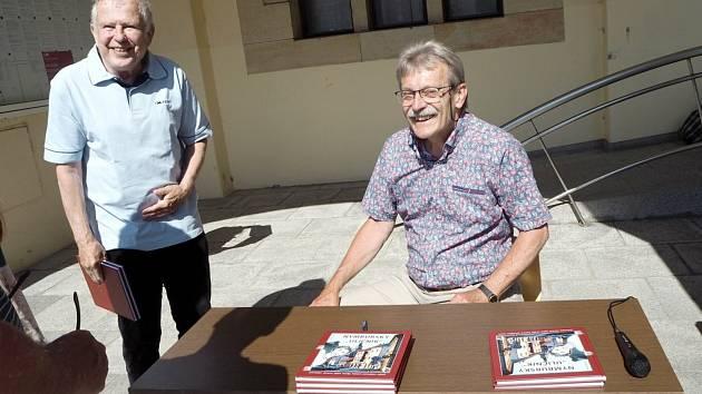 """Ze křtu knihy Nymburský """"Uličník"""" a následné autogramiády autora Jana Řehounka."""