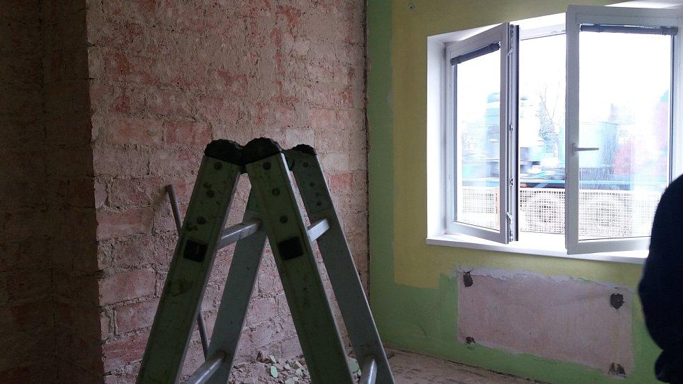 Přízemí Obecního úřadu Jiřice sloužilo původně jako služební byt. Bylo opravdu v žalostném stavu. Po rekonstrukci, kterou provedli odsouzení z věznice, se může úřad stěhovat do nových bezbariérových prostor.