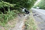 Policejní vůz byl po srážce totálně zničený. Pro policistu přiletěl vrtulník.