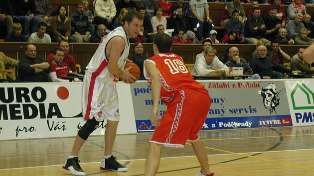 Takto bojoval Denis Mujagič (vlevo) ještě v dresu Nymburka. Nyní už bude oblékat dres Sadské, kam přišel z Pardubic. V Sadské si od zkušeného basketbalisty hodně slibují.