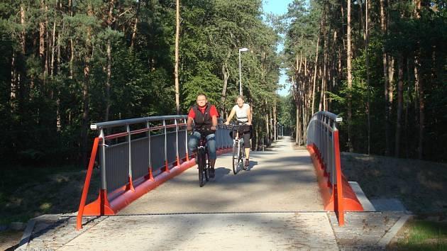 Nová téměř dva kilometry dlouhá cyklostezka začíná u hřiště v Kostelní Lhotě a končí u odbočky na Hořátev v Pískové Lhotě.