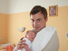 ADÁMEK, KLUK JAK DUB. Adam DUB se narodil 22. srpna 2015 ve 13.44 hodin. Vážil  3 620 g a měřil 49 cm. Maminka Iveta a táta Ondřej z Poděbrad věděli, že jejich první miminko bude klouček. Nicméně pro jistotu bylo v záloze jméno Anička.