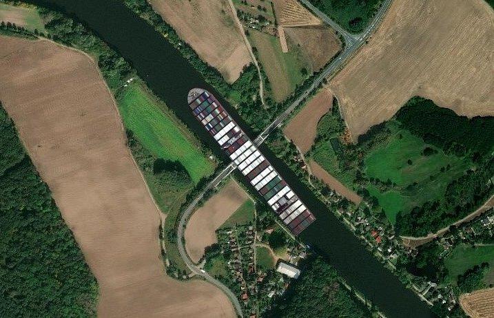 Kontejnerová loď Ever Given pod litolským mostem.