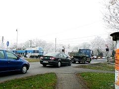 Přejezd železnice na Kouteckou v Poděbradech s častými kolonami.