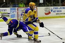 TVRĎÁK.  Nymburský hokejista Přemysl Sedlák (ve žlutém) patří mezi nejtrestanější hráče druhé ligy