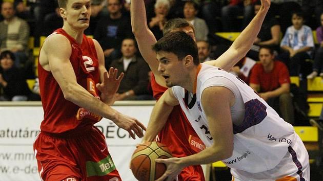 Košíkáři Nymburka (v červeném) vyhráli finálové střetnutí Českého poháru nad Děčínem o sedm bodů.