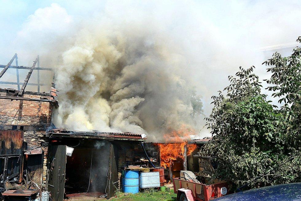 Z požáru stodoly v Milovicích.